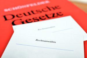 Deutsche Gesetze und Briefkopf einer Rechtsanwältin